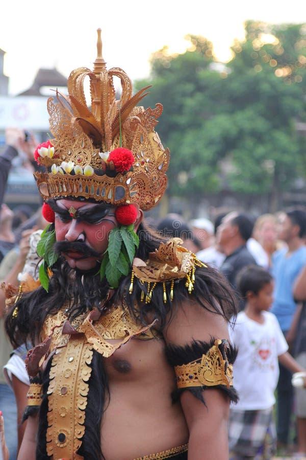 Mann wird und im traditionellen Kostüm bei Bali gemalt stockfoto