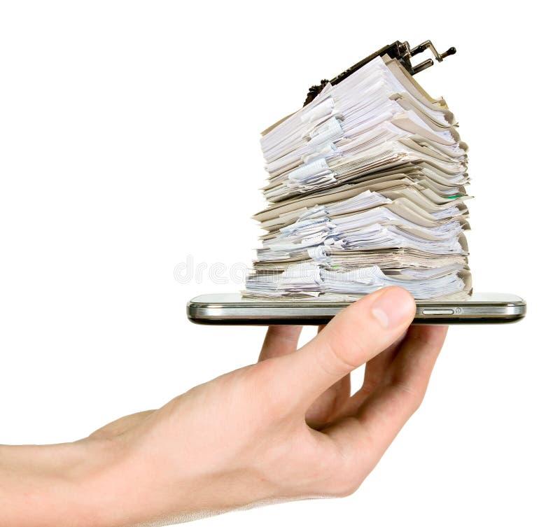 Mann zeigt Handy mit Dokumenten stockfotos