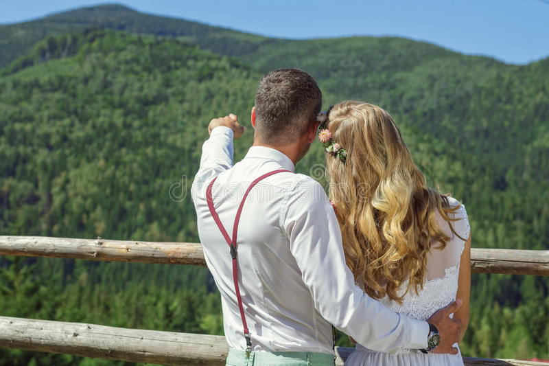 Mann zeigt Handzeichen und beschreibt Berge lizenzfreies stockfoto