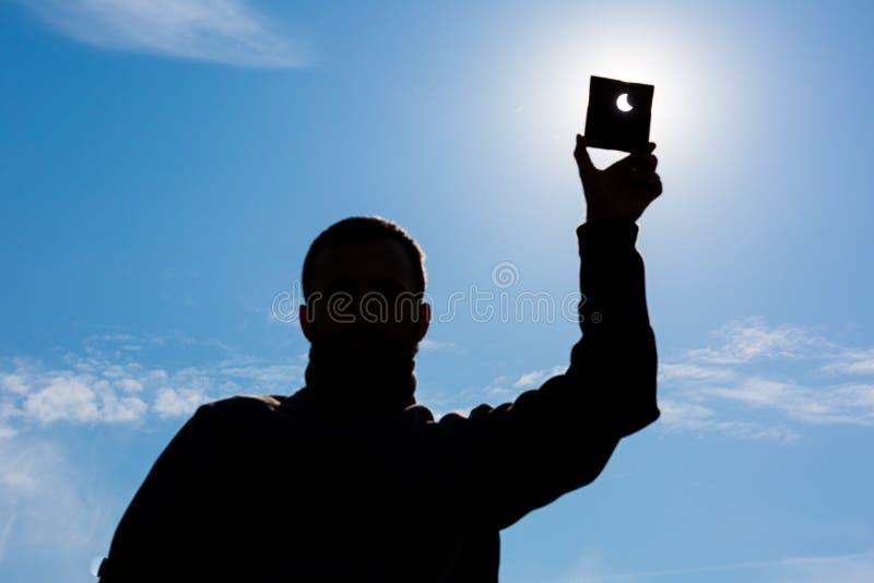 Mann zeigt Sonneneklipse lizenzfreies stockfoto