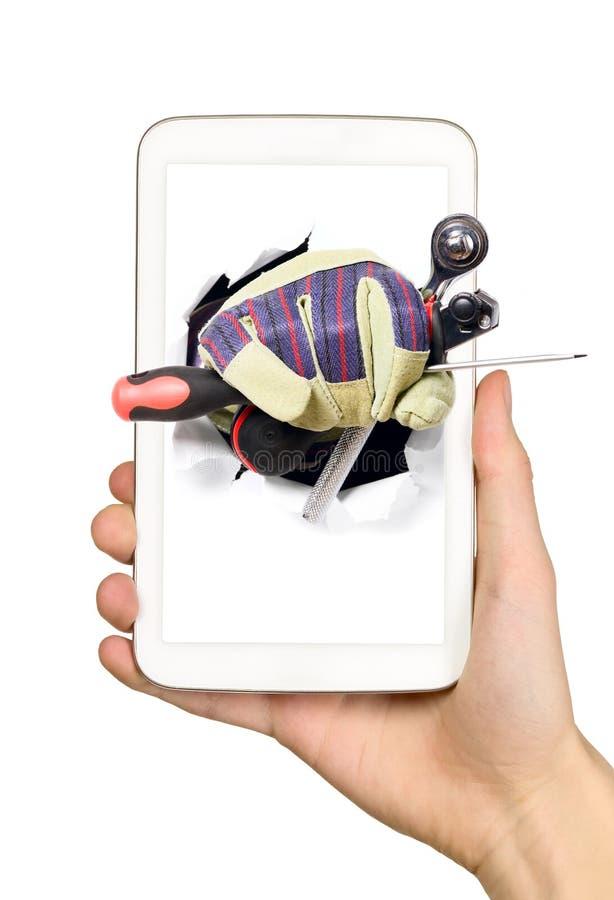 Mann zeigt Werkzeuge vom Handyschirm lizenzfreies stockbild