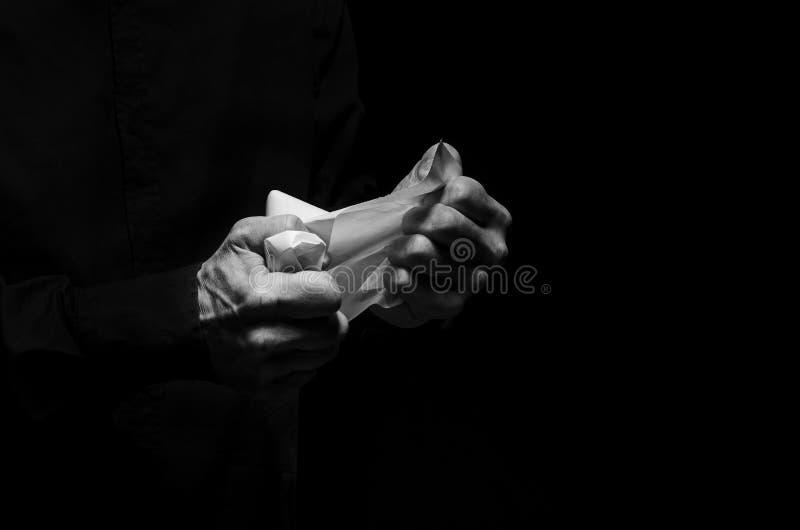Mann zerknittert ein Blatt Papier lizenzfreies stockfoto