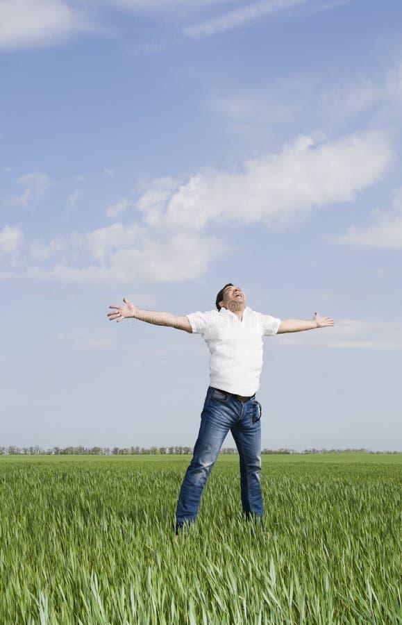 Mann zieht auf einem grünen Gebiet des Grases um lizenzfreie stockbilder