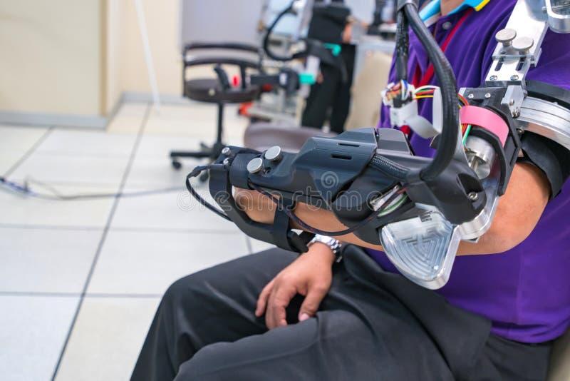 Mannabnutzungs-Roboterarm f?r Physiotherapie Durch das Definieren, wie ein gefahrener Roboter bewegende Technik verbessert werden lizenzfreies stockfoto
