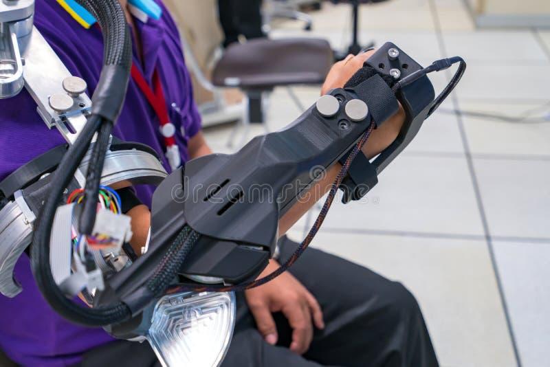 Mannabnutzungs-Roboterarm f?r Physiotherapie Durch das Definieren, wie ein gefahrener Roboter bewegende Technik verbessert werden stockbild