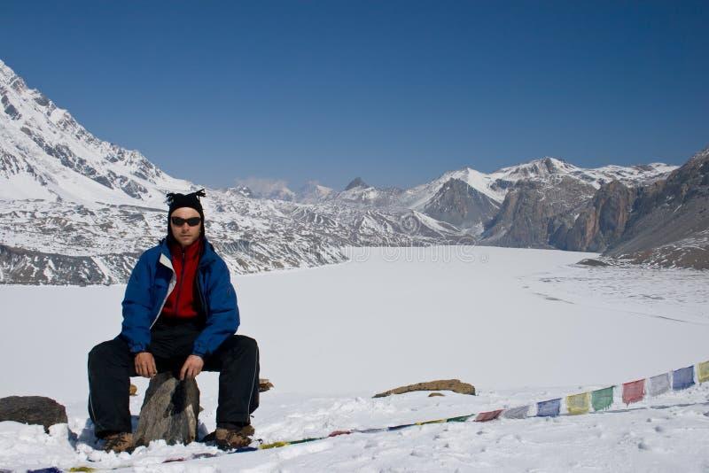 Mannabschluß durch den höchsten See Tilicho. lizenzfreie stockbilder