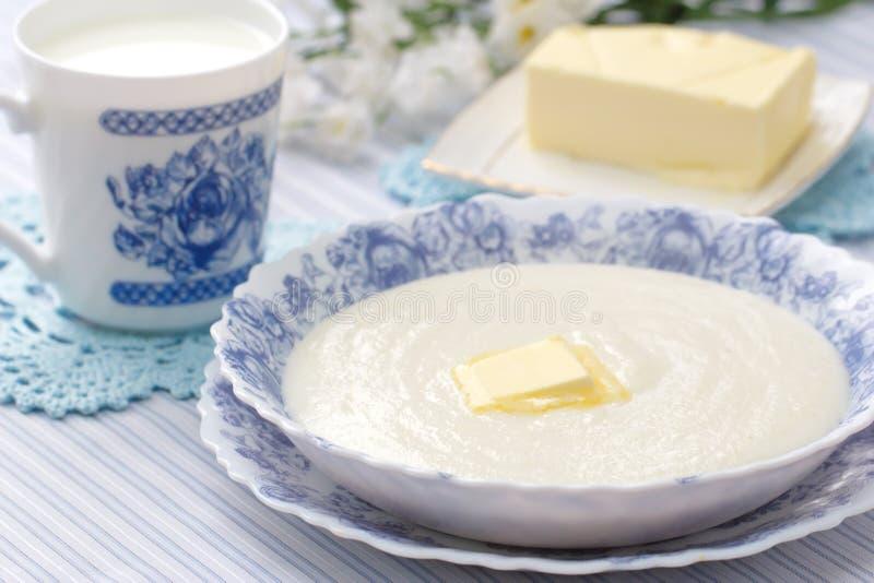 Mannagrynhavregröt med nytt smör och mjölkar royaltyfri fotografi