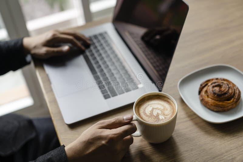 Mannanfang zum Arbeiten für neues Projekt mit Kaffeetasse lizenzfreies stockfoto