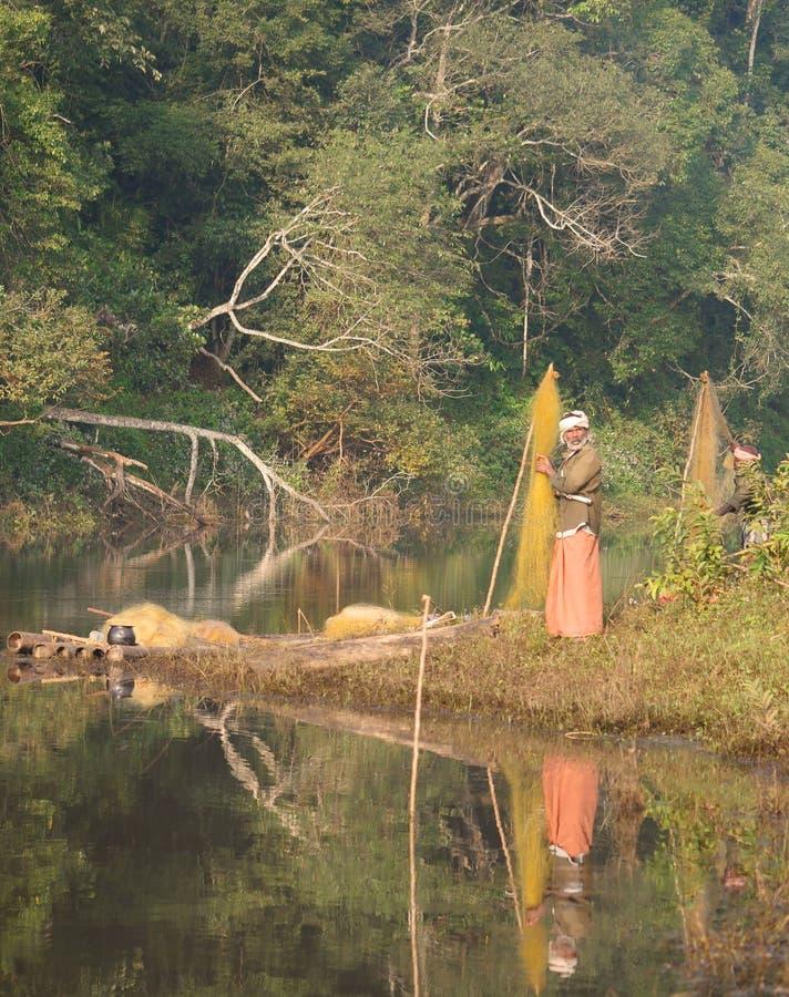 Mannanfishermän i regnskogen i södra Indien royaltyfria bilder