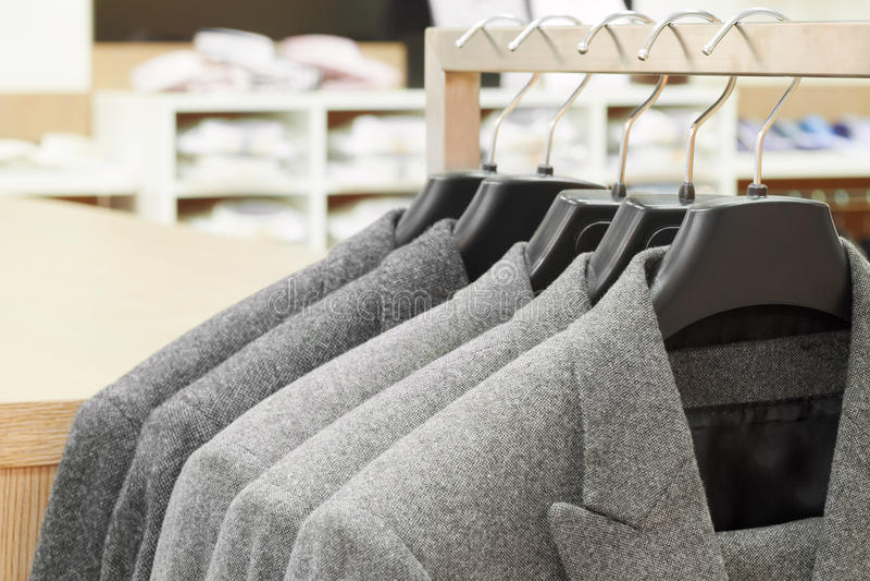 Mannanzugsjacken im Bekleidungsgeschäft stockbilder