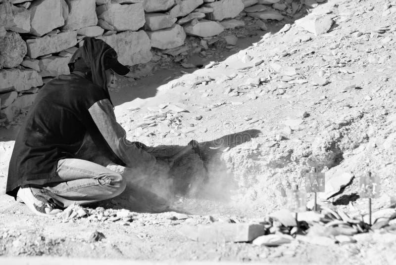 Mannarbeit für Aushöhlung von Gräbern stockbild