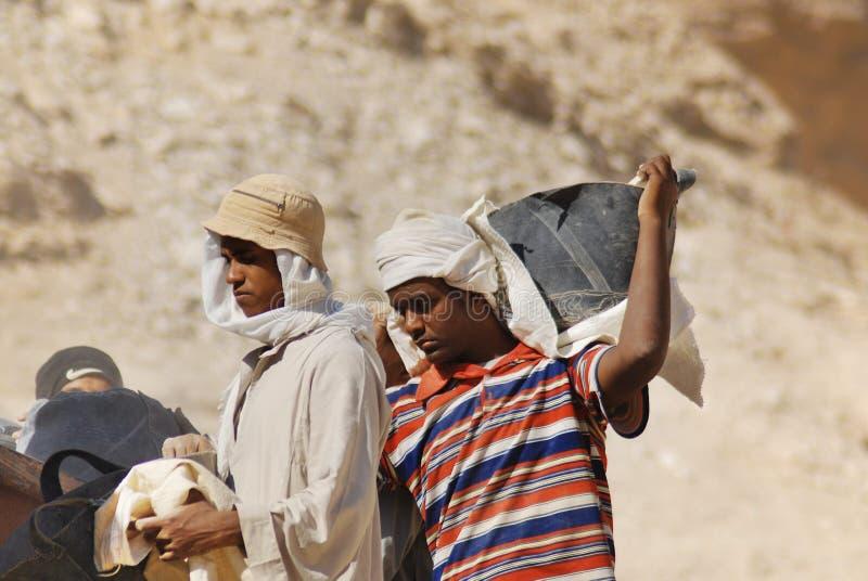 Mannarbeit für Aushöhlung von Gräbern stockfoto