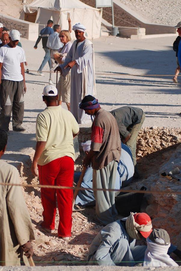 Mannarbeit für Aushöhlung von Gräbern stockfotografie