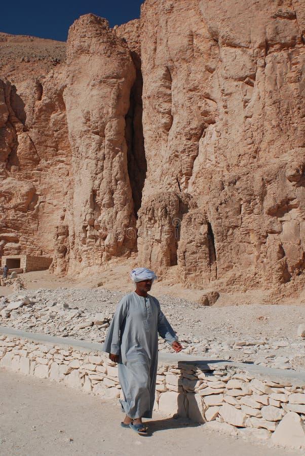 Mannarbeit für Aushöhlung von Gräbern lizenzfreies stockbild