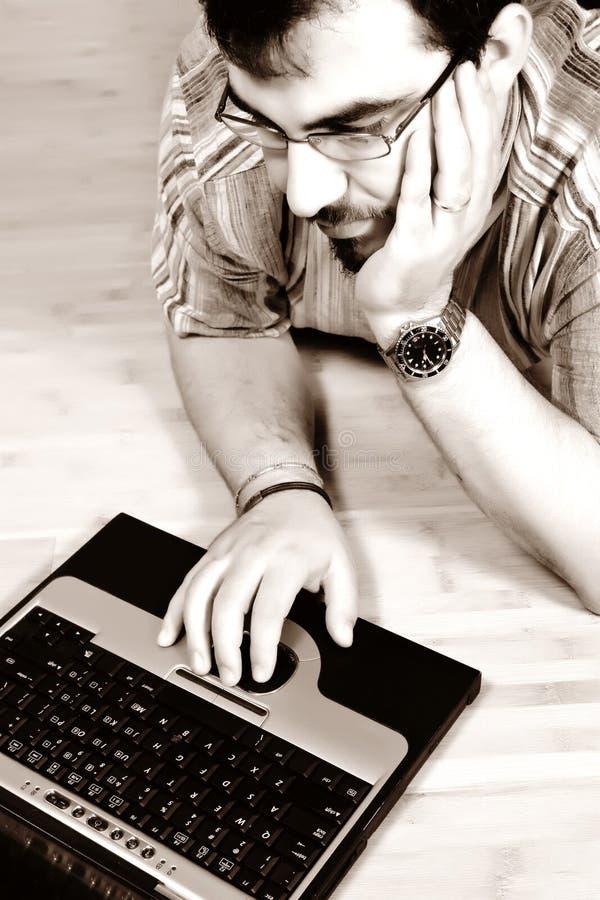 Mannarbeit mit seinem Laptop 04 lizenzfreie stockfotografie