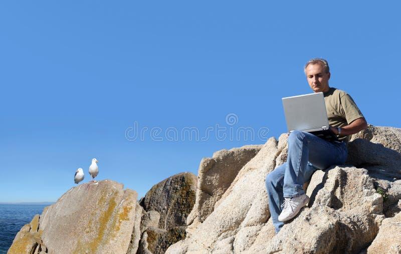 Mannarbeiten im Freien lizenzfreie stockfotografie