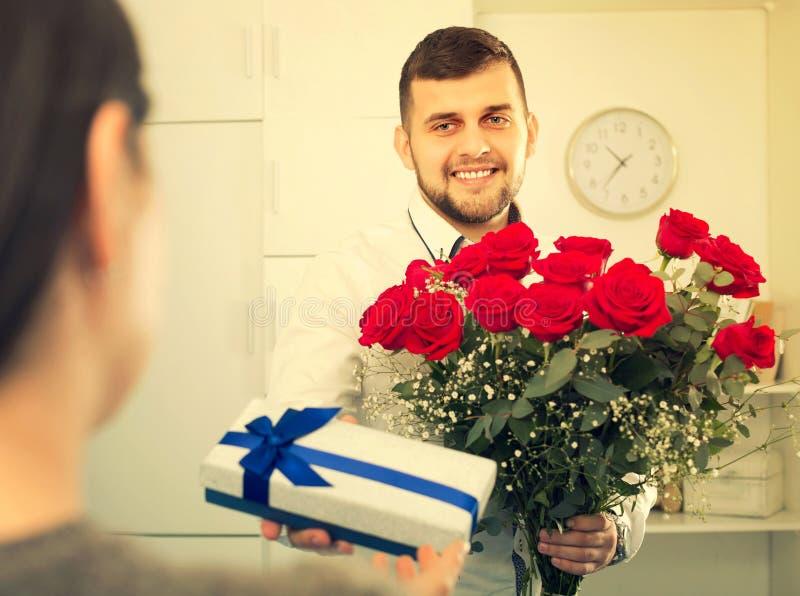 Download Mannarbeitskraft Stellt Blumen Dar Stockfoto - Bild von feiertage, zuhause: 90235832