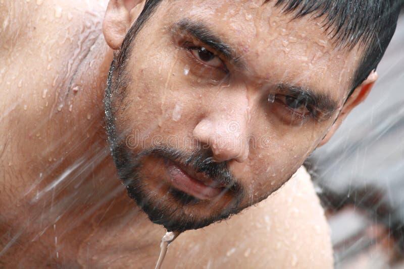 Mannbaden lizenzfreie stockfotos