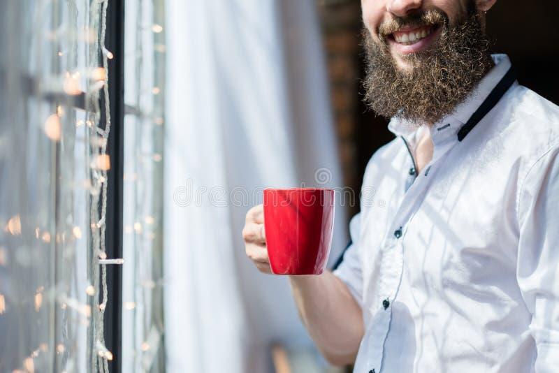 Mannbecher des gutenmorgens lächelnder neuer Tages stockbild