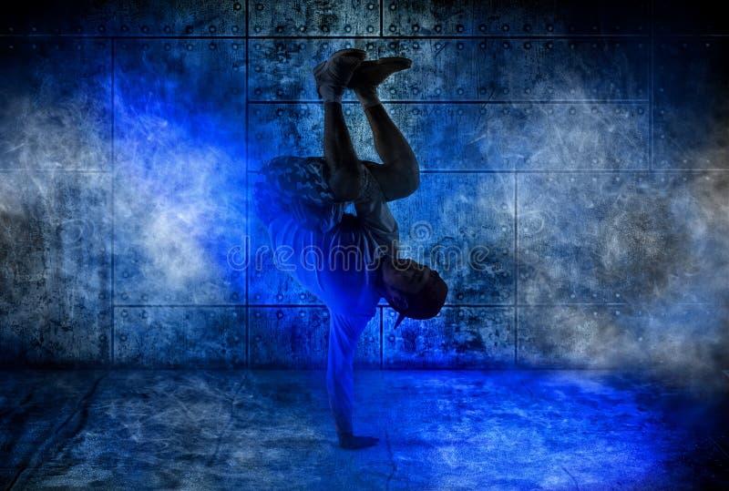 MannBreakdance auf Dunkelheit lizenzfreie stockbilder