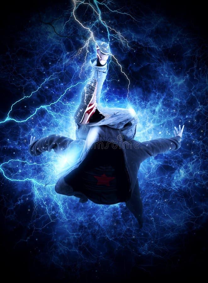 MannBreakdance auf Stromlichthintergrund lizenzfreie stockbilder
