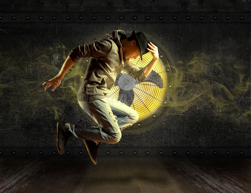 MannBreakdance auf Ventilatorhintergrund stockfoto