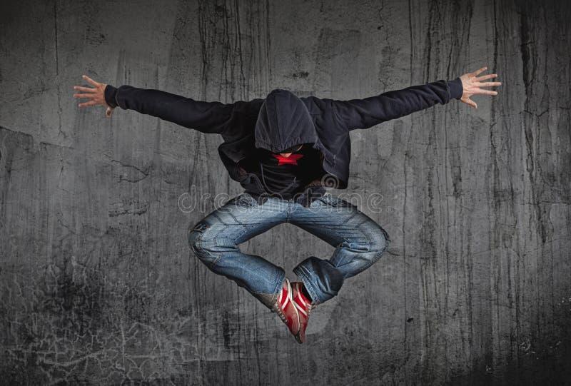 MannBreakdance auf Wandhintergrund lizenzfreie stockbilder