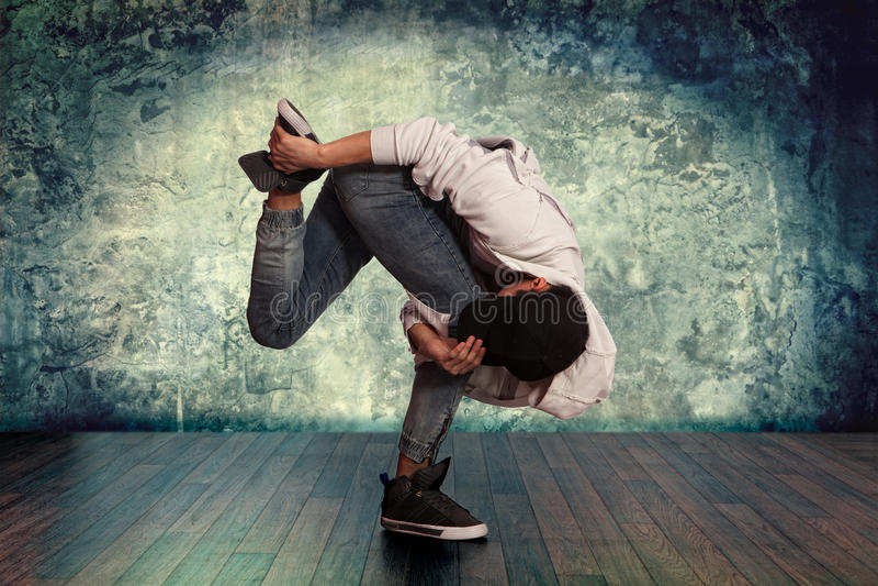 MannBreakdance auf Wandhintergrund lizenzfreies stockfoto