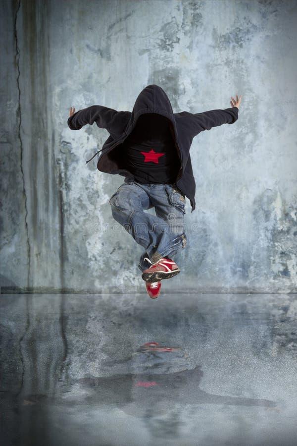MannBreakdance auf Wandhintergrund stockfotografie