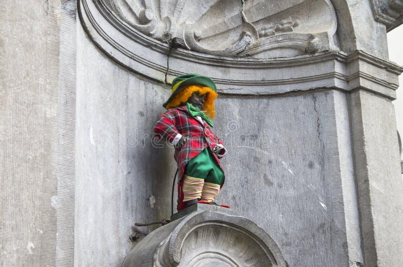 Manneken Pis одетое как красный цвет клоуна. стоковое фото