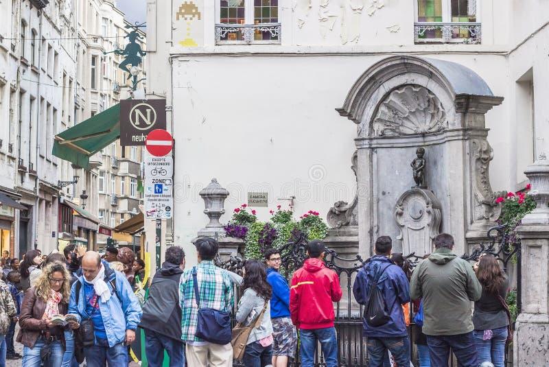 Manneken Pis, статуя мочась мальчика в Брюсселе, Бельгии стоковые фотографии rf