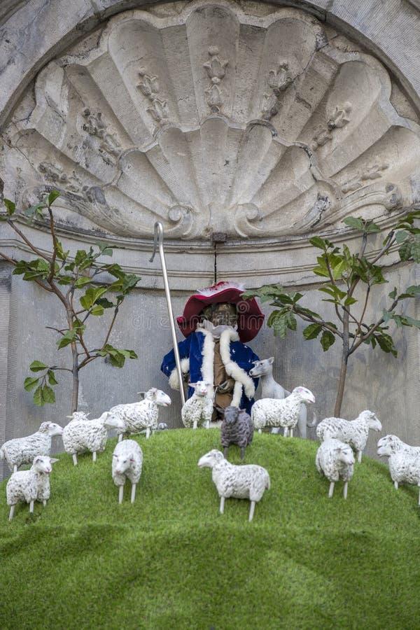 Manneken Pis est habillé chez des moutons de berger de costume photographie stock libre de droits