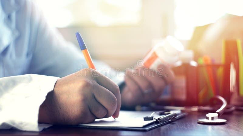 Mannelijk arts het schrijven rx voorschrift stock foto