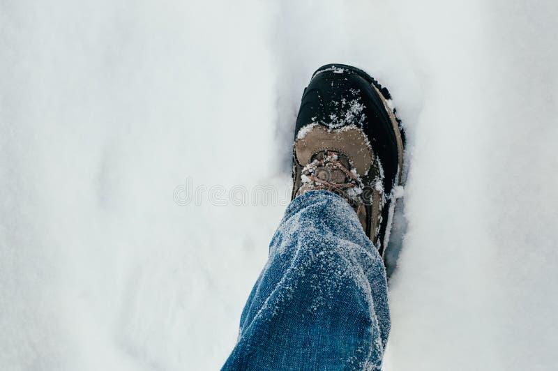 Mannelijk been die in sneeuw lopen royalty-vrije stock foto's