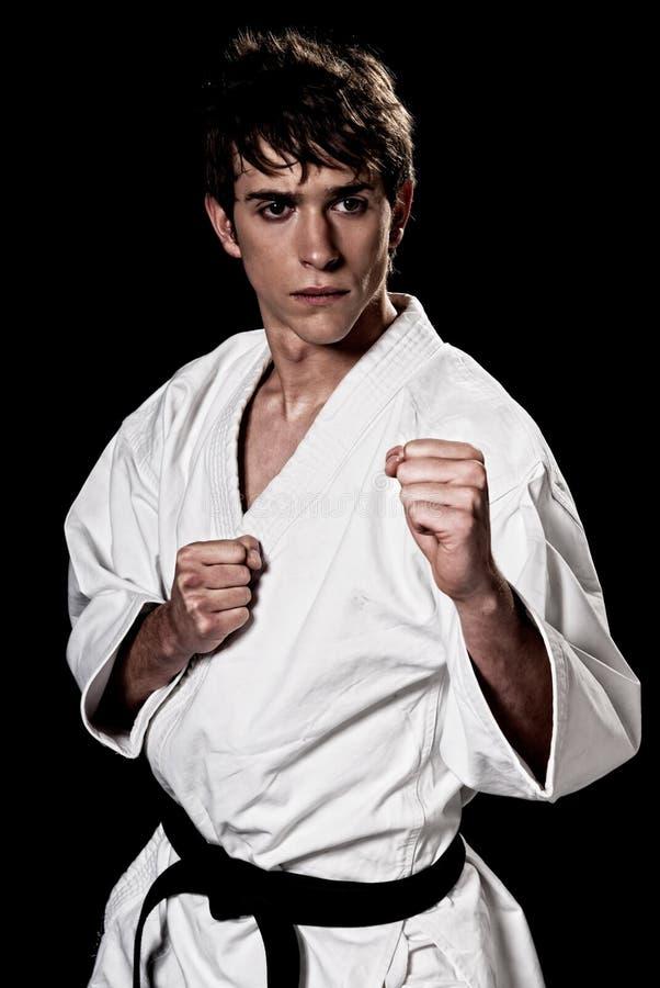 Mannelijk de vechters jong hoog contrast van de karate op zwarte stock foto's