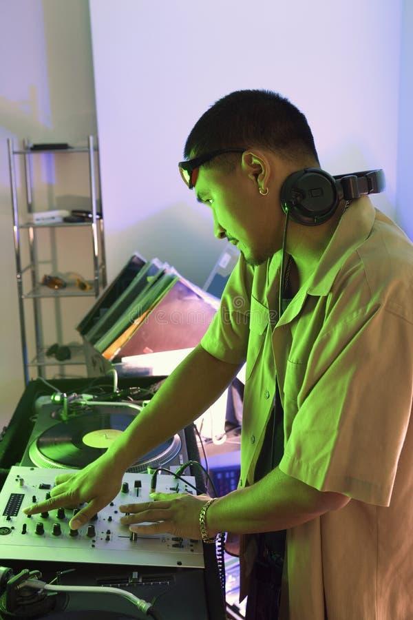 Mannelijk DJ met handen op draaischijf. stock foto's