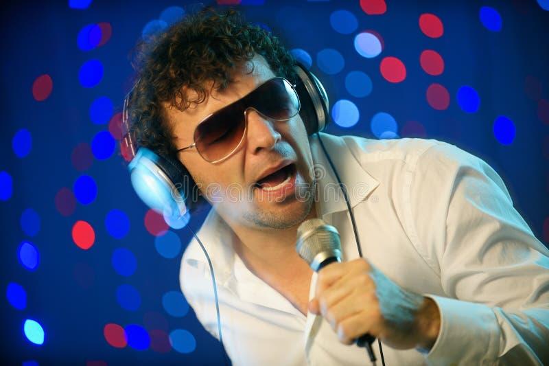 Mannelijk DJ met microfoon stock afbeeldingen