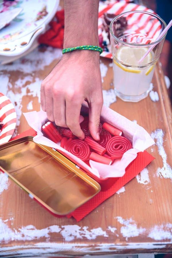Mannelijk het met de hand plukken suikergoed van doos in een de zomerpartij royalty-vrije stock afbeeldingen