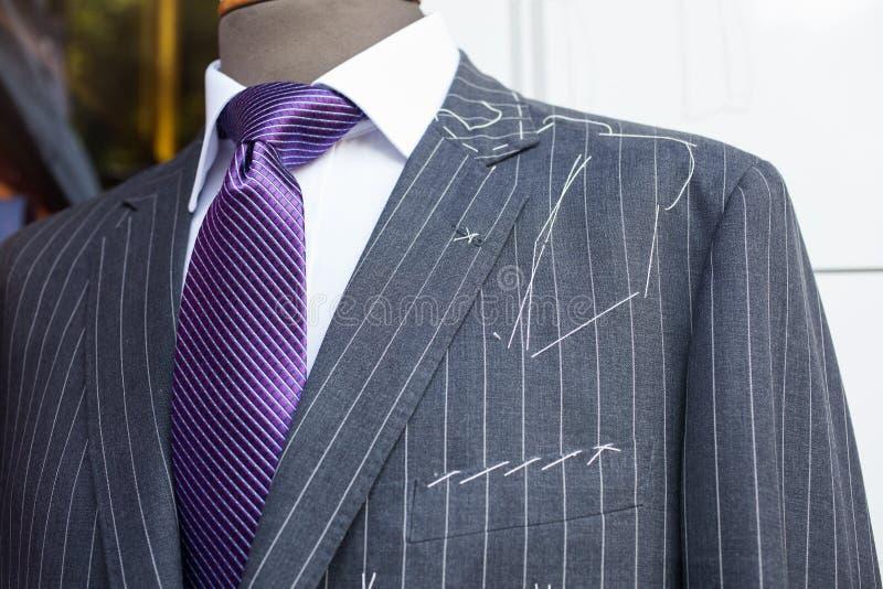 Mannelijk kostuum in de winkel van de kleermaker royalty-vrije stock foto's