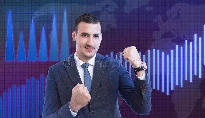 Mannelijk makelaar het vieren succes met vuisten op gebaar stock afbeelding