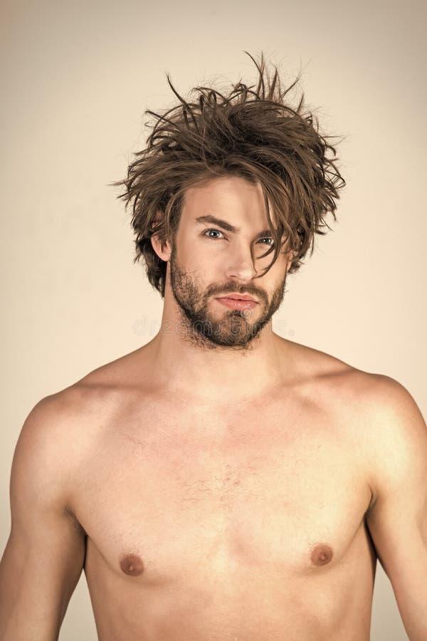 Mannelijk manier, schoonheid en reclameconcept Slaperige mens met baard op grijze achtergrond royalty-vrije stock fotografie