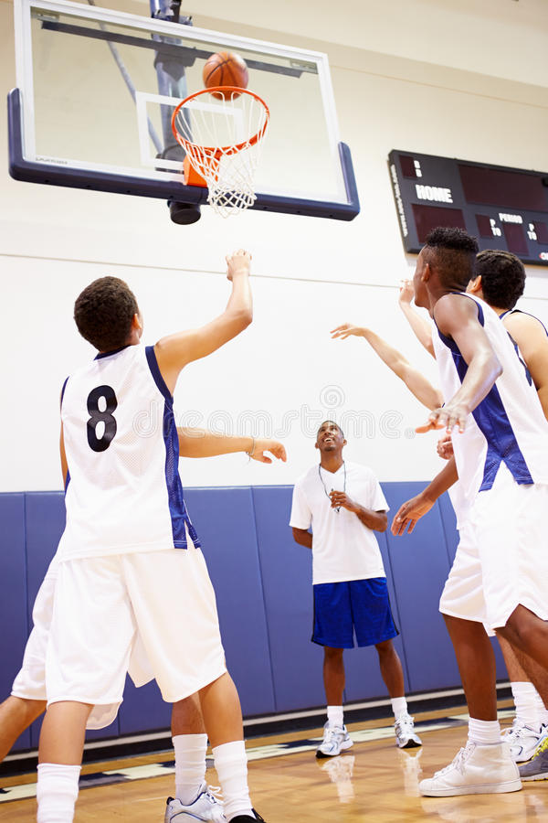 Mannelijk Middelbare schoolbasketbal Team Playing Game stock foto's