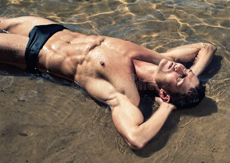 Mannelijk model in het water stock foto's