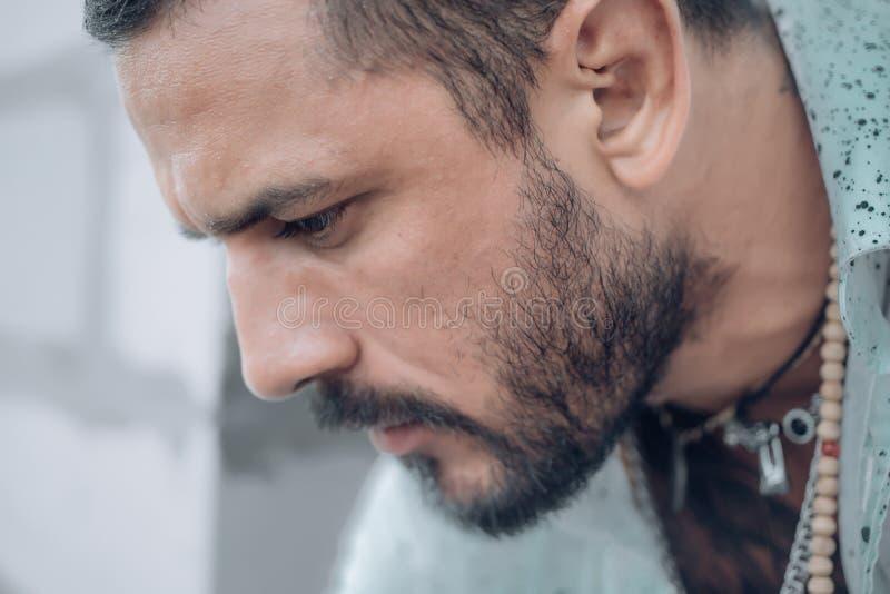 Mannelijk portret in droefheid Bemant manieren Het knappe portret van de mensenclose-up Modieuze Latijnse mens Knappe droevig en  stock fotografie
