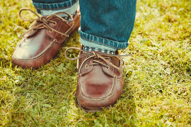 Mannelijk schoeisel in gras royalty-vrije stock foto