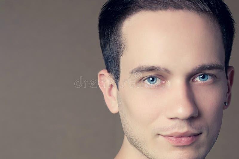 Mannelijk schoonheidsconcept Portret van knap jong model royalty-vrije stock foto's