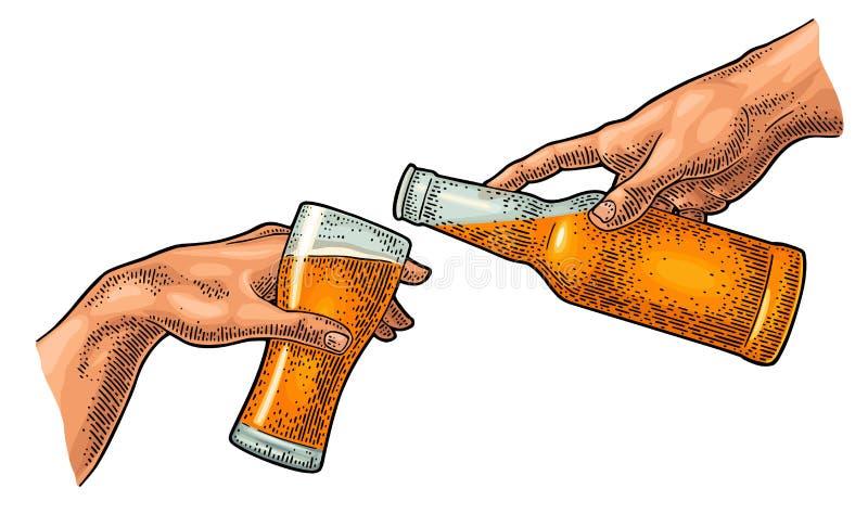 Mannelijk vinger gietend bier van fles in glas De verwezenlijking van Adam royalty-vrije illustratie