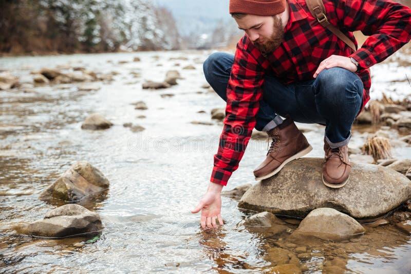 Mannelijk wandelaar het testen water stock foto's