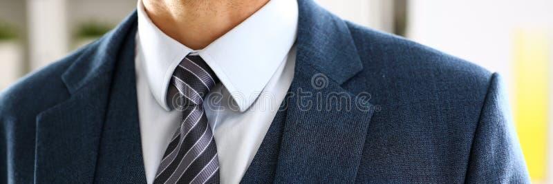 Mannelijk wapen in de blauwe close-up van de kostuum vastgestelde band stock fotografie