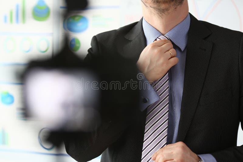 Mannelijk wapen in de blauwe close-up van de kostuum vastgestelde band  stock foto's